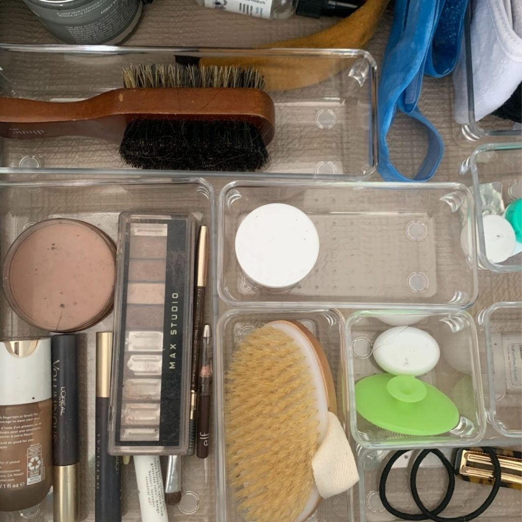 The best tips to declutter and organize your bathroom.